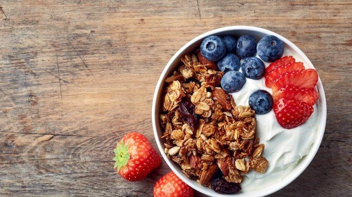 Greek yogurt dengan granola, cocok untuk diet demi tubuh ideal 2021.