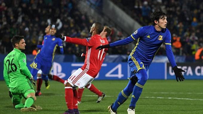 Penyerang FC Rostov, Sardar Azmoun membobol gawang Bayern Muenchen.