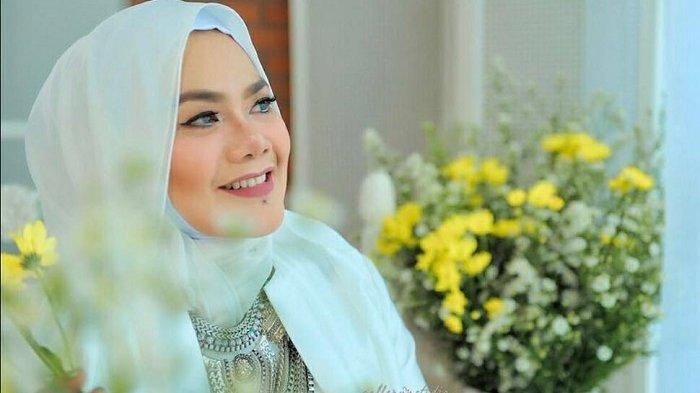 Sempat Didekati Vicky Prasetyo Setelah Suaminya Direbut Pelakor, Sarita 'Pamer' Jalan Bareng Lelaki