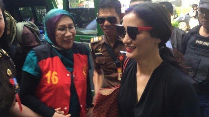 Atiqah Hasiholan Selfie Bareng Wartawan di Tengah Ruang Sidang Vonis Ratna Sarumpaet