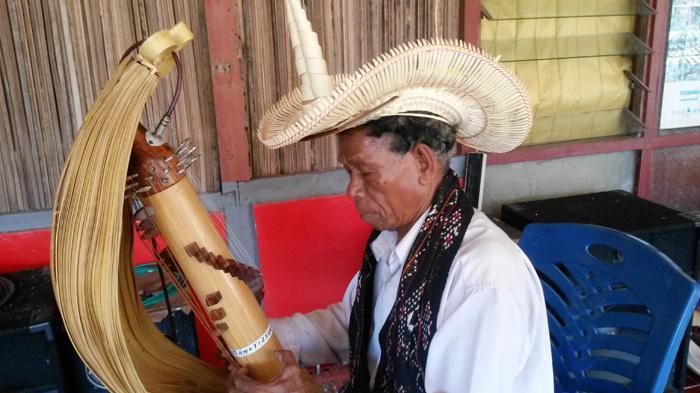Maestro pembuat dan pemetik Sasando, Jeremias A Pah (75), saat memainkan alat musik tersebut di kediamannya, Desa Oebelo, Kecamatan Kupang Tengah, Kabupaten Kupang.