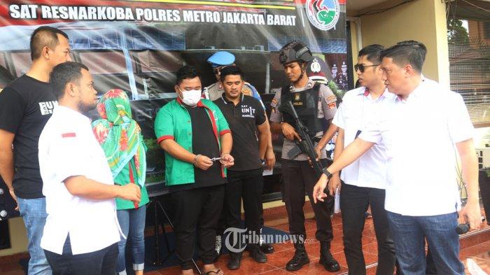 DIBAWA KE BNN - Sat Narkoba Polres Metro Jakarta Barat, merilis hasil pengungkapan penyalahgunaan narkoba yang menyeret artis berinisial RE, Senin (9/3/2020). Ririn yang pada pemeriksaan sebelumnya dinyatakan negatif menggunakan narkoba, kembali dibawa polisi menjalani pemeriksaan ke BNN Lido, Sukabumi, untuk memastikan dirinya benar benar bebas dari penggunaan narkoba. Dalam rilis tersebut juga 2 tersangka yakni Ind yang merupakan asisten dari RE dan DV dari saksi RE polisi mendapatkan 7 butir pil Xanax. WARTA KOTA/ Nur Ichsan
