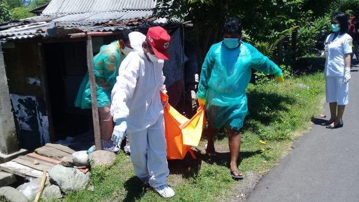 Satgas Covid-19 Jembrana diterjunkan untuk melakukan evakuasi pada Ni Ketut Widarmi yang ditemukan meninggal dunia di rumahnya.