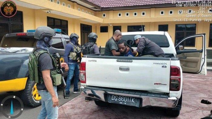 Satgas Nemangkawi  menangkap LW, seorang anggota Kelompok Kriminal Bersenjata (KKB) pimpinan Terinus Enumbi di Kabupaten Puncak Jaya, Papua, Minggu (23/5/2021).
