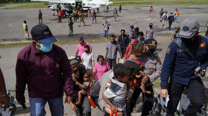 Satgas Nemangkawi Jemput Pengungsi di Distrik Kiwirok_1