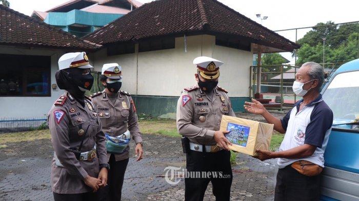 Jajaran Satlantas Polresta Denpasar Bagi-Bagi Sembako Kepada Sopir Angkot
