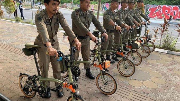 Foto Satpol PP Makassar Tenteng Sepeda Brompton Rp 90 Juta Viral, Ini Respons Kasatpol PP