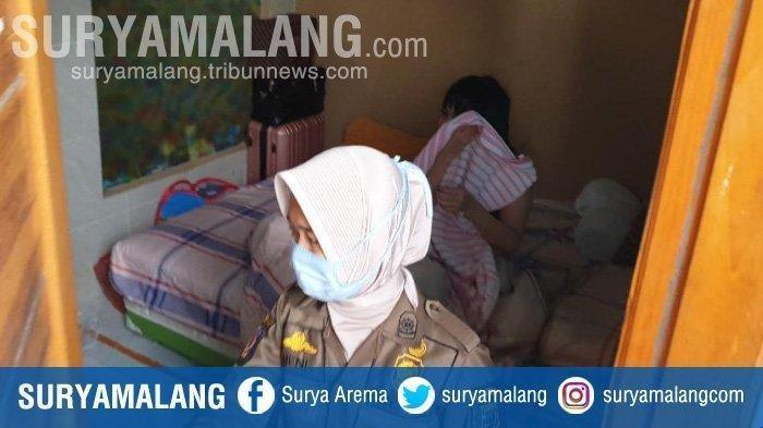 Satpol PP mengamankan pasangan mesum di kamar kos Kelurahan Meri, Kecamatan Meri, Kota Mojokerto, Senin (30/11/2020).