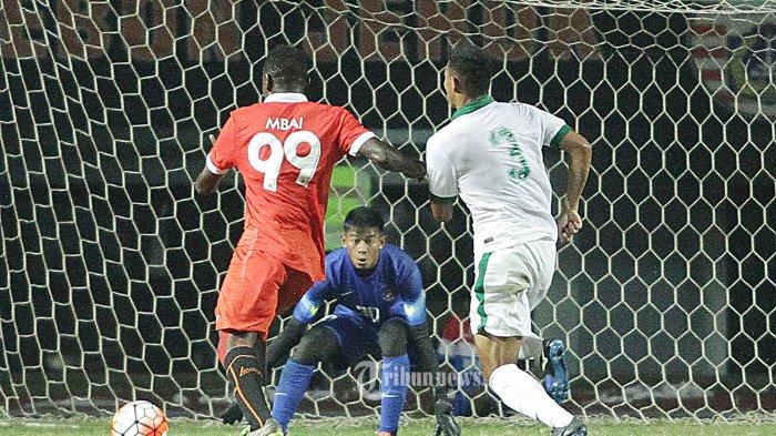 Pemain Timnas U-22, Satria Tama bersiap menangkap bola dari pemain Persija Jakarta, Mbai (kiri) pada laga uji coba di stadion Patriot, Bekasi, Rabu (5/4/2017) pertandingan tersebut berakhir imbang dengan skor 0-0. Super Ball/Feri Setiawan