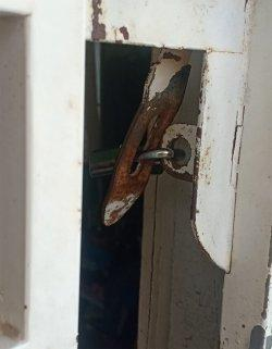 Debt Collector nekat melakukan penyekapan terhadap satu keluarga di kawasan Batam Kota. Foto pintu yang digembok pelaku.
