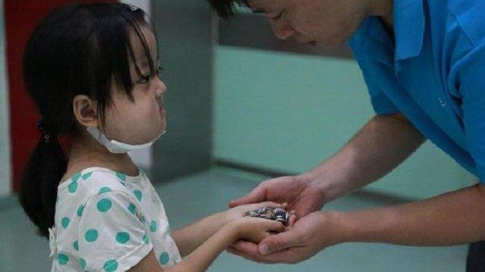 Bocah Sekarat Berikan Uang Pengobatan untuk Saudarinya yang Juga Sakit: 'Papa, Selamatkan Adikku'