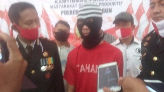 Sawabi Ikhsan, tersangka pembunuhan ditangkap polisi tanpa perlawan di rumahnya di RT 03 Kelurahan Sukasari Kabupaten Sarolangun, Jambi