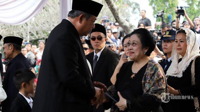Presiden keenam RI Susilo Bambang Yudhoyono (kiri) berjabat tangan dengan Presiden kelima RI Megawati Soekarnoputri (kanan) saat pemakaman Ibu Ani Yudhoyono di Taman Makam Pahlawan Kalibata, Jakarta, Minggu (2/6/2019). Ani Yudhoyono meninggal dunia pada Sabtu (1/6/2019) pukul 11.50 waktu Singapura (10.50 WIB) setelah menjalani perawatan penyakit kanker darah yang dideritanya sejak Februari lalu di National University Hospital, Singapura. TRIBUNNEWS/IRWAN RISMAWAN