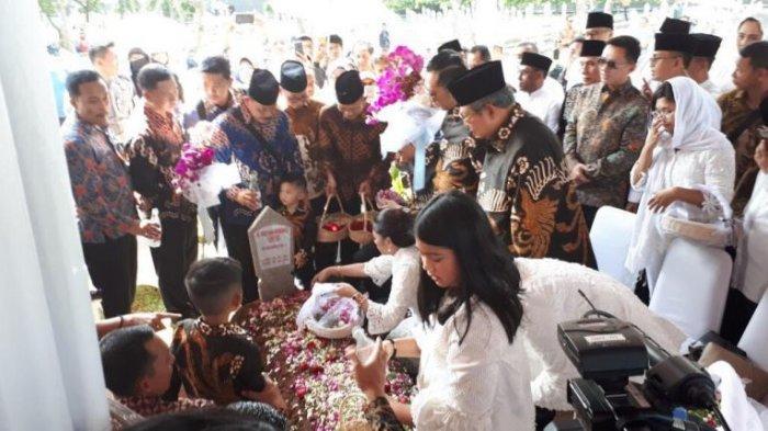 SBY dan keluarga saat berziarah ke makam Ani Yudhoyono di Taman Makam Pahlawan, Jakarta, Rabu (5/6/2019). Tribunnews/Abdul Majid