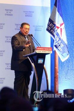 Ketua Umum Partai Demokrat Susilo Bambang Yudhoyono memberikan paparan saat Refleksi Pergantian Tahun Partai Demokrat di Jakarta, Rabu (11/12/2019) malam. Dalam Pidatonya, SBY menegaskan Partai Demokrat akan mendukung kerja pemerintah meskipun partainya ada di luar pemerintahan. TRIBUNNEWS/IRWAN RISMAWAN