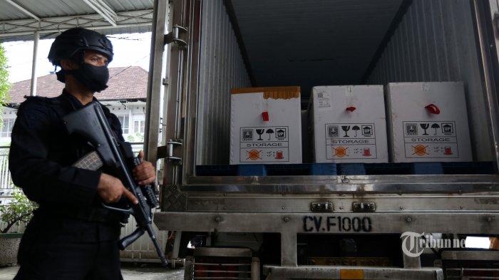Personel Brimob berjaga di dekat truk yang berisi vaksin Covid-19 Sinovac saat tiba di gudang Dinas Kesehatan Sumatera Utara, di Kota Medan, Sumatera Utara, Selasa (5/1/2021). Sebanyak 40.000 dosis vaksin Covid-19 Sinovac tahap pertama akan disimpan di ruang penyimpanan khusus Dinkes Sumut sebelum didistribusikan dan diprioritaskan bagi tenaga kesehatan di Sumatera Utara. Tribun Medan/Riski Cahyadi