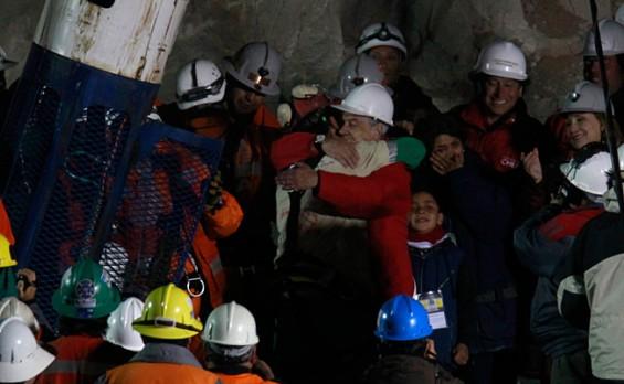 Presiden Chile Sebastian Pinera memeluk Florencio Avalos usai diselamatkan melalui kapsul