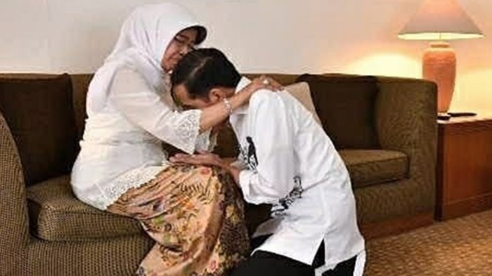 Calon presiden periode 2019-2024 Joko Widodo (Jokowi) terlebih dahulu melakukan sungkem kepada ibunya Sudjiatmi sebelum mendaftarkan diri ke Komisi Pemilihan Umum (KPU), seperti terlihat pada unggahan Instagram @jokowi Jumat (8/10/2019).