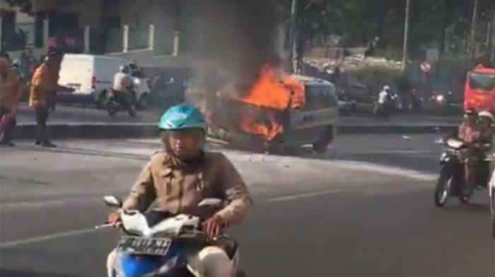 Mobil Terbakar Setelah Mogok Kehabisan Bensin, Pengemudi Tewas di Ditabrak Fortuner Saat Cari Bensin