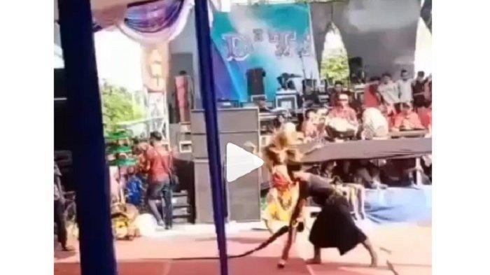 Video Viral Panggung Roboh saat Pertunjukan Reog, Ada yang di Bawah Panggung, Penonton Histeris