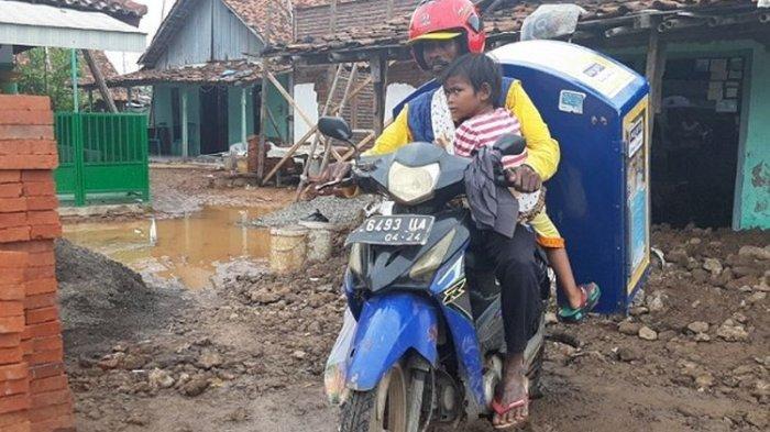Istri Meninggal, Pria Asal Pekalongan Ini Terpaksa Bawa Putrinya yang Lumpuh Keliling Berjualan Roti