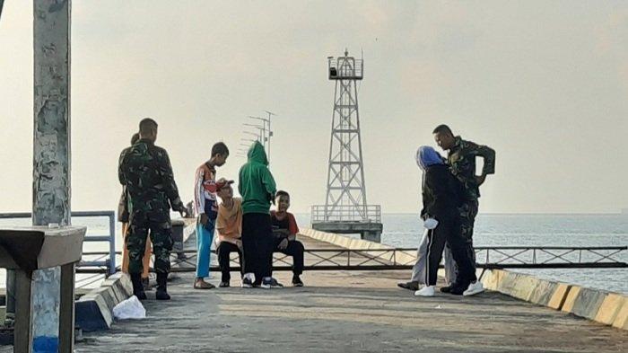 Saat Kehadiran Prajurit TNI AL Disambut Sejumlah Anak di Dermaga Dabi Singkep