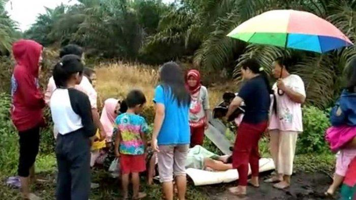 Ibu Hamil Melahirkan di Jalan Berlumpur, gara-gara Tak Kuat Lewat Jalanan Rusak ke Puskesmas