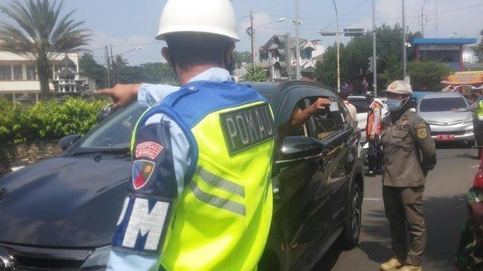 Sejumlah kendaraan dengan pelat nomer dari luar Bogor yang akan menuju jalur Puncak terpaksa diputar arah. Sejumlah pengendara ngeyel saat diminta petugas untuk memutar balik di Simpang Gadog, kawasan jalur Puncak, Kabupaten Bogor, Sabtu (15/5/2021).