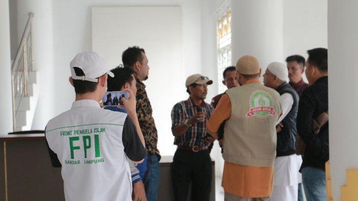 Sejumlah massa dari FPI Bandar Lampung terlihat masuk ke gedung DKL, di kawasan PKOR Way Halim, Bandar Lampung, Selasa, 12 November 2019.