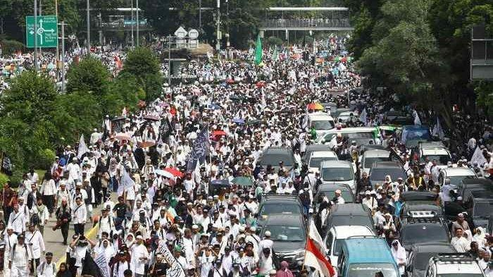 Sejumlah massa memadati Jalan Medan Merdeka Barat, Jakarta Pusat, dalam acara Reuni aksi 212, Minggu (2/11/2012).