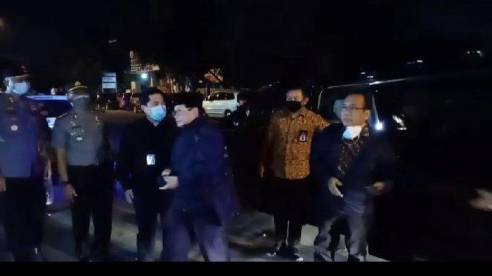 Sejumlah menteri tiba di rumah duka ibunda Jokowi Sudjiatmi Notomihardjo di Jalan Pleret Raya, RT 3 RW 11 Kelurahan Sumber, Kecamatan Banjarsari, Kota Solo, Jawa Tengah (Jateng), Rabu (25/3/2020).