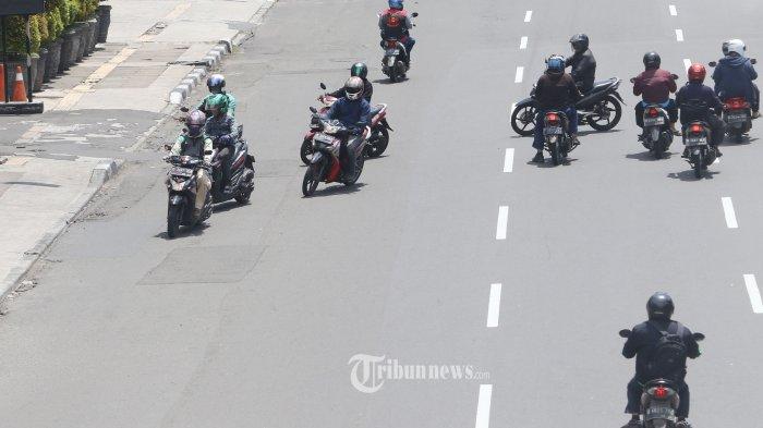 LAWAN ARUS - Sejumlah pengendara sepeda motor nekat melawan arus lalu lintas di Jalan Gajah Mada, Jakarta Pusat, Rabu (8/4/2020. Meskipun tak terpantau petugas, aksi yang mereka lakukan ini sangat berbahaya yang dapat menimbulkan kecelakaan. WARTA KOTA/NUR ICHSAN