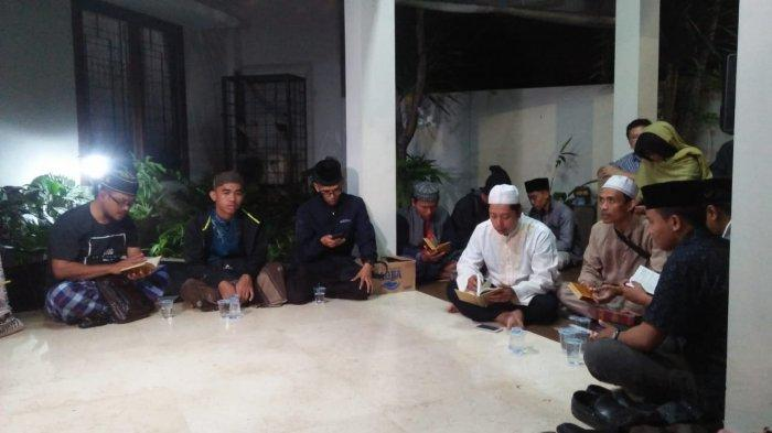 Sejumlah pelayat menggelar tahlilan dan membacakan surat Yasin sambil menanti kedatangan jenazah Almarhum Pengasuh Pondok Pesantren (Ponpes) Tebuireng di Jombang, Jawa Timur, KH Salahuddin Wahid (Gus Solah) di rumah duka di Kawasan Kapten Tendean Jakarta Selatan pada Minggu (2/2/2020) malam.