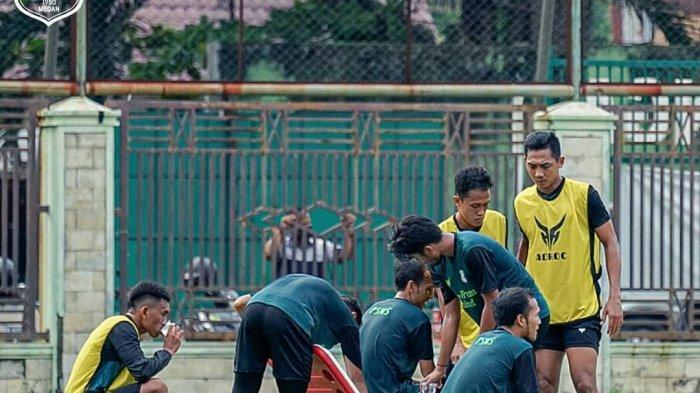 Sejumlah pemain PSMS Medan beristirahat setelah menjalankan latihan bersama