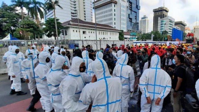 Polisi Berpakaian APD Diterjunkan Cek Protokol Kesehatan Massa Aksi May Day