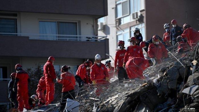 FOTO: Sejumlah regu penyelamat mencari korban di reruntuhan bangunan yang runtuh pada 1 November 2020 di Provinsi Izmir, setelah gempa bumi dahsyat melanda pantai barat Turki dan sebagian Yunani.