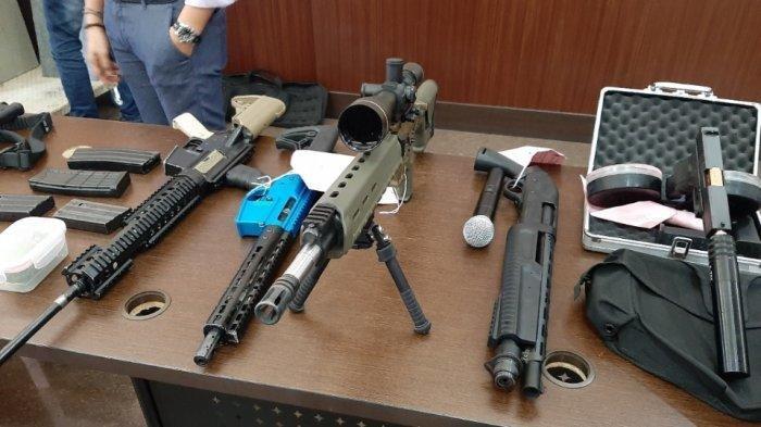 Sejumlah senjata api beserta amunisi ilegal milik Abdul Malik di Mapolres Metro Jakarta Selatan, Rabu (8/1/2020). (TribunJakarta.com/Annas Furqon Hakim)