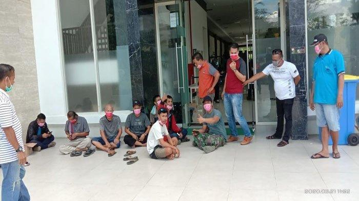 Sejumlah TKI dan WNI yang dideportasi sedang berada di Pos Lintas Batas Negara (PLBN) Entikong, Kabupaten Sanggau, Kalimantan Barat (Kalbar), Sabtu (21/3/2020) pagi WIB.