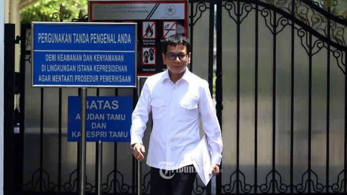 Pendiri NET TV Wishnutama meninggalkan Kompleks Istana Kepresidenan di Jakarta, Senin (21/10/2019).