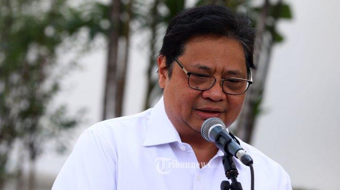Ketua Umum Partai Golkar Airlangga Hartanto memberikan keterangan kepada wartawan sebelum meninggalkan Kompleks Istana Kepresidenan di Jakarta, Senin (21/10/2019). Menurut rencana, presiden Joko Widodo akan memperkenalkan jajaran kabinet barunya kepada publik hari ini usai dilantik Minggu (20/10/2019) kemarin untuk masa jabatan periode 2019-2024 bersama Wakil Presiden Ma'ruf Amin. TRIBUNNEWS/IRWAN RISMAWAN