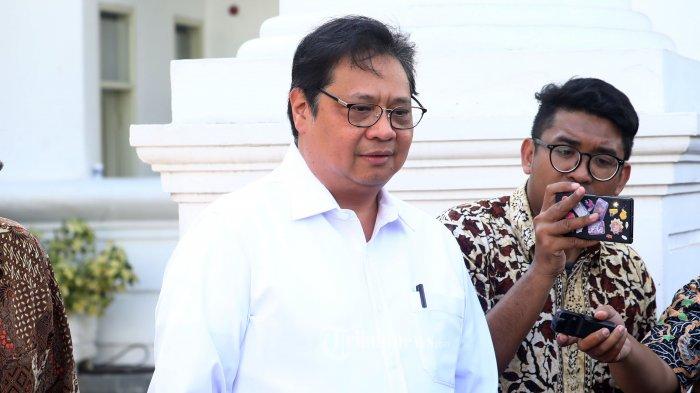 Ketua Umum Partai Golkar Airlangga Hartanto meninggalkan Kompleks Istana Kepresidenan di Jakarta, Senin (21/10/2019). Menurut rencana, presiden Joko Widodo akan memperkenalkan jajaran kabinet barunya kepada publik hari ini usai dilantik Minggu (20/10/2019) kemarin untuk masa jabatan periode 2019-2024 bersama Wakil Presiden Ma'ruf Amin. TRIBUNNEWS/IRWAN RISMAWAN