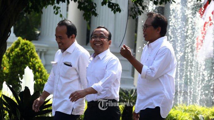 Mantan Mensesneg Pratikno (tengah) bersama Mantan Aktivis Fadjroel Rahman (kanan) tiba di Kompleks Istana Kepresidenan, Jakarta, Senin (21/10/2019).