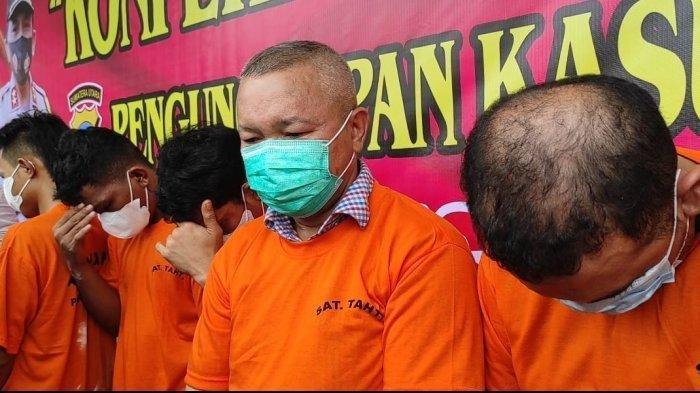 Sekda Nias Utara Yafeti Nazara saat dipamerkan dalam gelar pemaparan di Polrestabes Medan, Senin (14/6/2021).