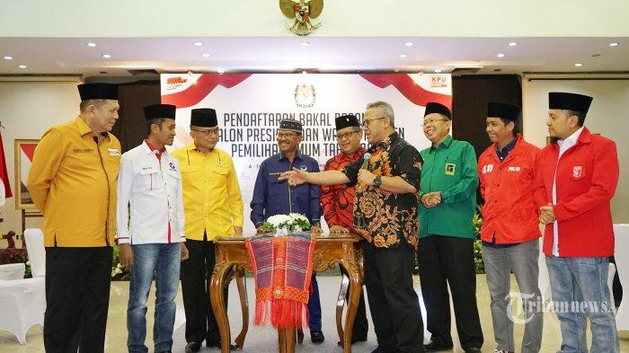 Perwakilan sekretaris jenderal partai-partai pengusung Jokowi pada Pilpres 2019 saat menyambangi kantor Komisi Pemilihan Umum (KPU) yaitu Hasto Kristiyanto (PDIP), Fredrich Lodewijk Paulus (Partai Golkar), Asrul Sani (PPP), Johny G Plate (Nasdem), Herry Lontung Siregar (Hanura), Raja Juli Antoni (PSI), Verry Surya Hendrawan (PKPI), Ahmad Rofiq (Perindo), dan menyusul Abdul Kadir Karding (PKB) di Gedung KPU, Jakarta Pusat, Selasa (7/8/2018). kedatangan mereka  untuk konsultasi terkait pendaftaran calon presiden dan wakil presiden.  Tribunnews/Jeprima