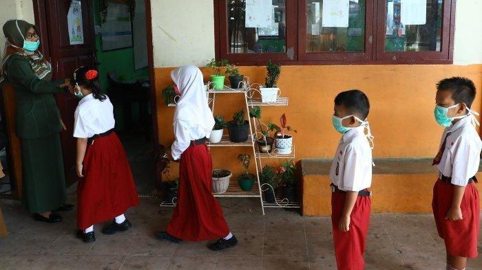 Siswa sekolah dasar negeri 002 Ranai melakukan aktivitas belajar menggunakan masker di Kabupaten Natuna, Kepulauan Riau, Indonesia, Selasa (4/2/2020). Mendikbud Nadiem Makarim membantah pernah mengeluarkan kepastian dimulainya kembali masa sekolah.