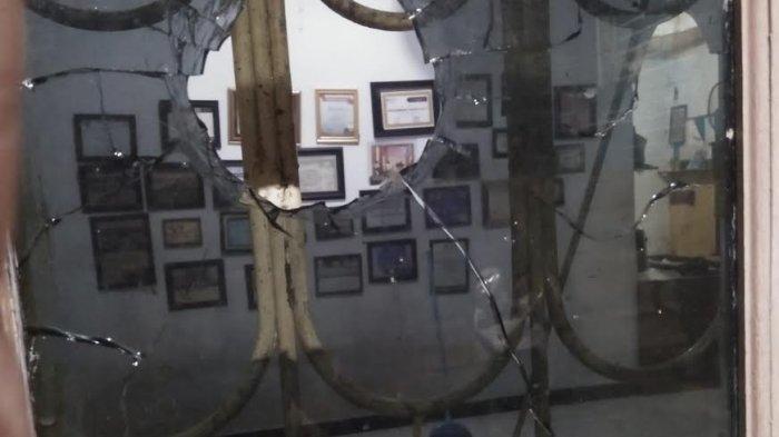 Kantor Lembaga Pers Mahasiswa UNM Diserang, Kaca Pecah Dilempar Batu, Diduga Terkait Pemberitaan