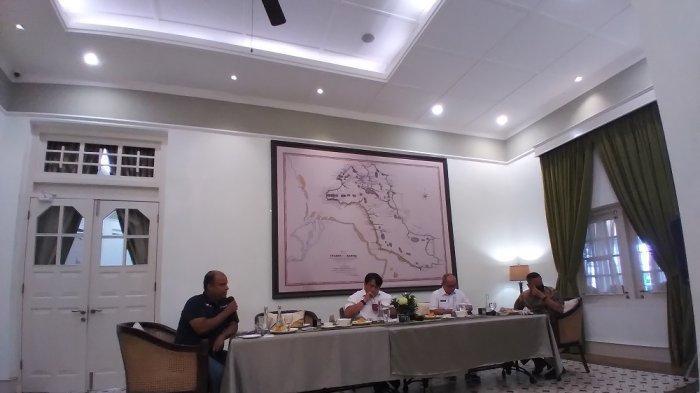 Sekretaris Perusahaan PT Timah Tbk, Abdullah Umar Baswedan(dari kiri),