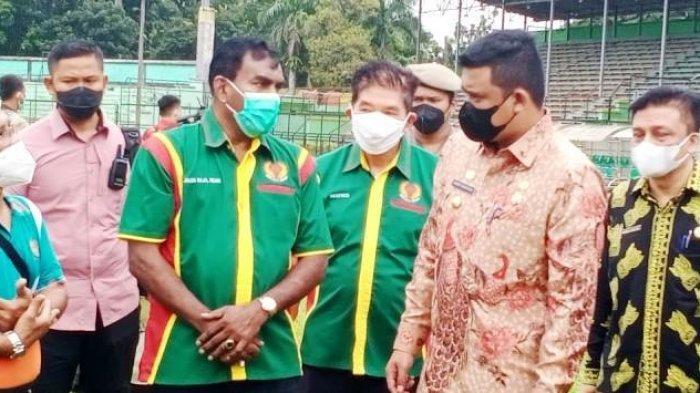 Sekum PSMS Medan Julius Raja (tiga dari kiri) saat menyampaikan niatan PSMS Medan menjadi tuan rumah dalam kompetisi Liga 2 musim ini kepada Wali Kota Medan Muhammad Bobby Afif Nasution di Stadion Teladan, Kamis (8/7/2021).