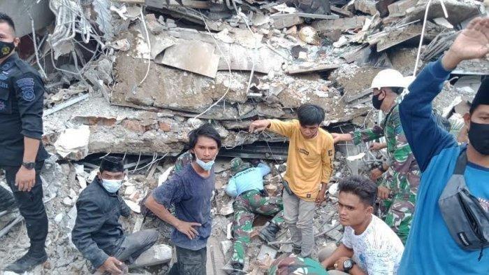 Aksi Heroik Anggota TNI Selamatkan 2 Orang yang 12 Jam Tertimbun Reruntuhan Kantor Gubernur Sulbar