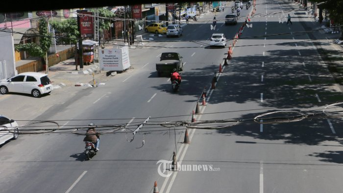 Lenggang - Pengendara melintas di Jalan Pandanaran menuju Tugu Muda terlihat lenggang, Selasa (13/7/21). Pemerintah telah mengeluarkan aturan baru terkait dengan upaya menanggulangi lonjakan kasus Covid-19 yaitu Pemberlakuan Pembatasan Kegiatan Masyarakat (PPKM) Mikro Darurat untuk wilayah Jawa dan Bali mulai 3 - 20 Juli 2021 salah satunya pembatasan pada fasilitas publik dan tempat wisata. (Tribun Jateng/Hermawan Handaka)